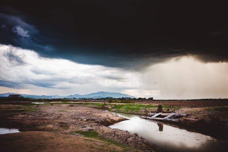 Δραματικός βροχερός ουρανός και σκοτεινά σύννεφα Ο ουρανός καλύπτεται με τα μαύρα σύννεφα θύελλας στοκ εικόνα