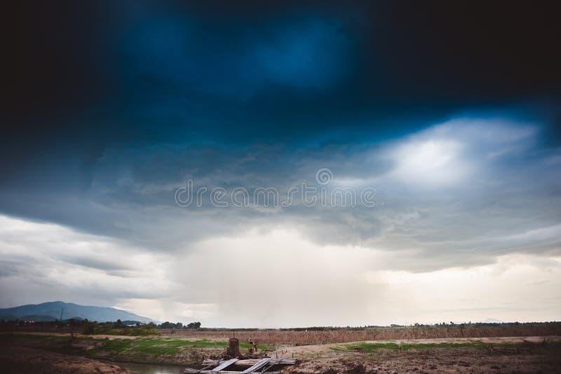Δραματικός βροχερός ουρανός και σκοτεινά σύννεφα Ο ουρανός καλύπτεται με τα μαύρα σύννεφα θύελλας στοκ φωτογραφία με δικαίωμα ελεύθερης χρήσης