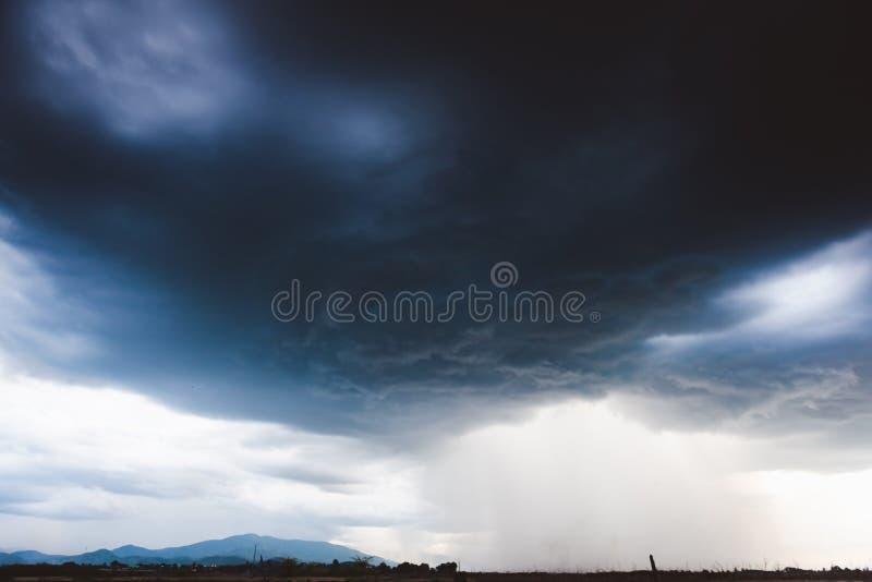 Δραματικός βροχερός ουρανός και σκοτεινά σύννεφα Ο ουρανός καλύπτεται με τα μαύρα σύννεφα θύελλας στοκ φωτογραφίες