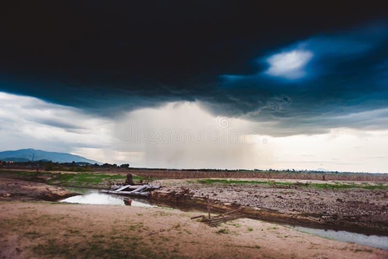 Δραματικός βροχερός ουρανός και σκοτεινά σύννεφα Ο ουρανός καλύπτεται με τα μαύρα σύννεφα θύελλας στοκ φωτογραφία