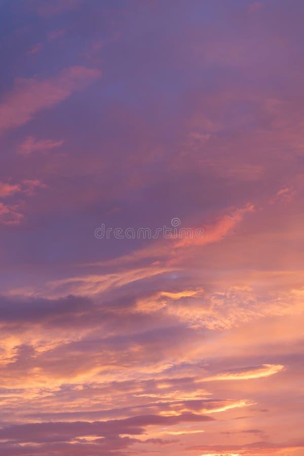 Δραματικός θυελλώδης ουρανός πριν από την αυγή στοκ εικόνες