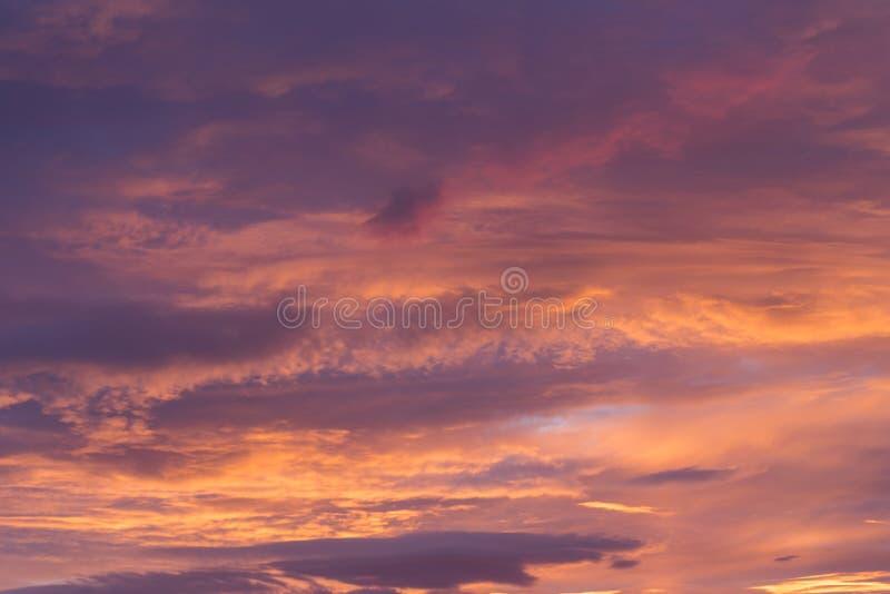 Δραματικός θυελλώδης ουρανός πριν από την αυγή στοκ φωτογραφίες