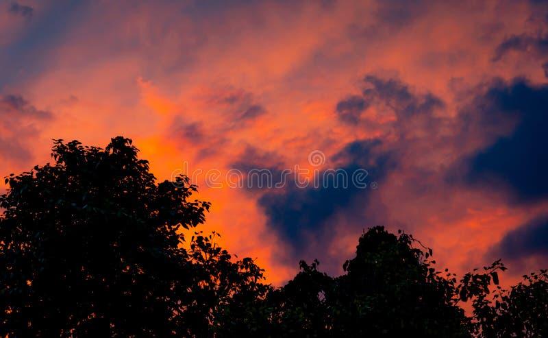 Δραματικός κόκκινος και πορτοκαλής ουρανός και αφηρημένο υπόβαθρο σύννεφων Κόκκινος-πορτοκαλιά σύννεφα στον ουρανό ηλιοβασιλέματο στοκ εικόνες με δικαίωμα ελεύθερης χρήσης