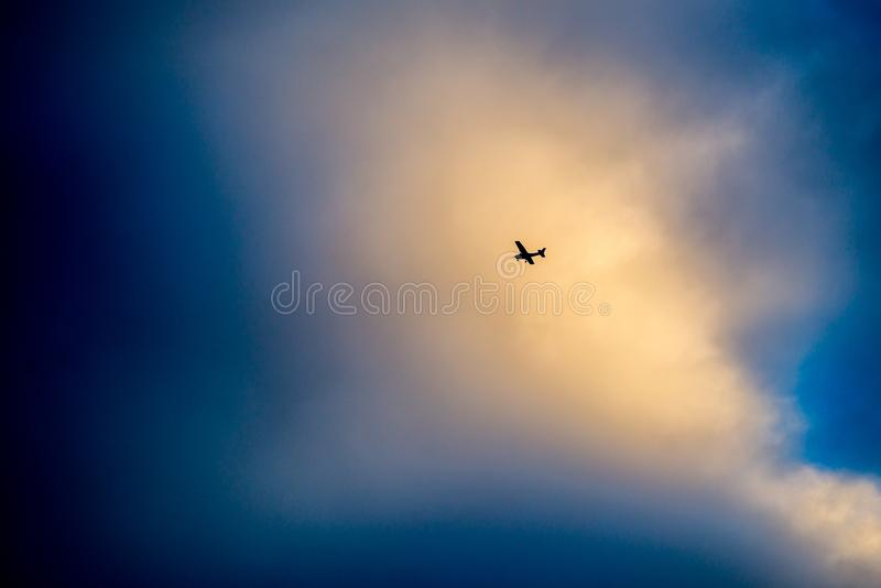 δραματικός νεφελώδης ουρανός και λίγο αεροπλάνο στοκ φωτογραφία με δικαίωμα ελεύθερης χρήσης
