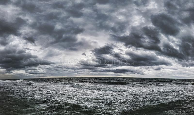 Δραματικός νεφελώδης ουρανός και τοπ seascape σε μια χειμερινή ημέρα με το άσχημο καιρό στοκ εικόνες