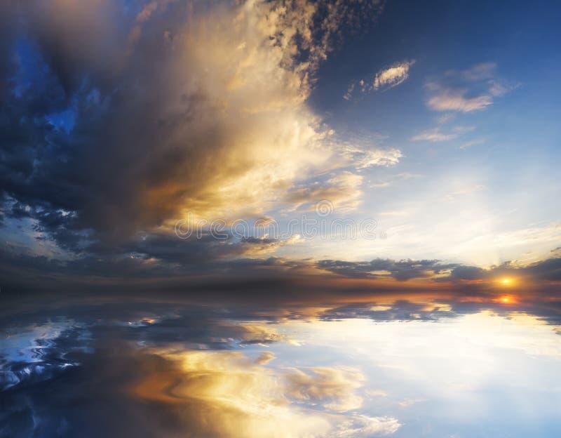 Δραματικός ουρανός με τα θυελλώδη σύννεφα στοκ φωτογραφία με δικαίωμα ελεύθερης χρήσης