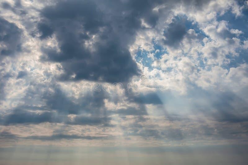 Δραματικός ουρανός με τα σκοτεινά σύννεφα στο ηλιοβασίλεμα στοκ εικόνα με δικαίωμα ελεύθερης χρήσης