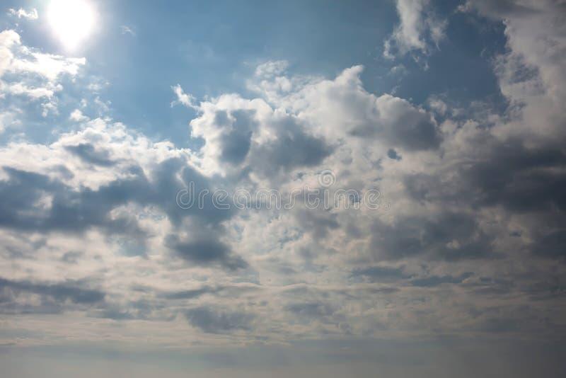 Δραματικός ουρανός με τα σκοτεινά σύννεφα στο ηλιοβασίλεμα στοκ εικόνα