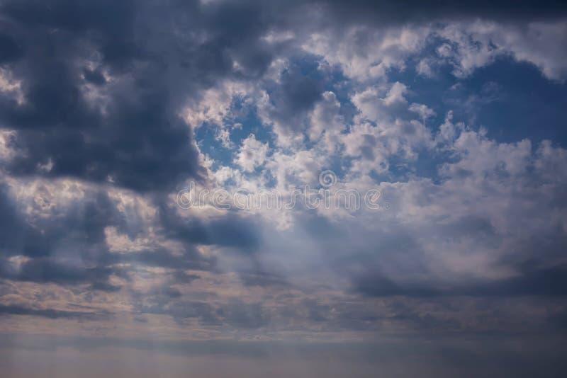 Δραματικός ουρανός με τα σκοτεινά σύννεφα στο ηλιοβασίλεμα στοκ φωτογραφία