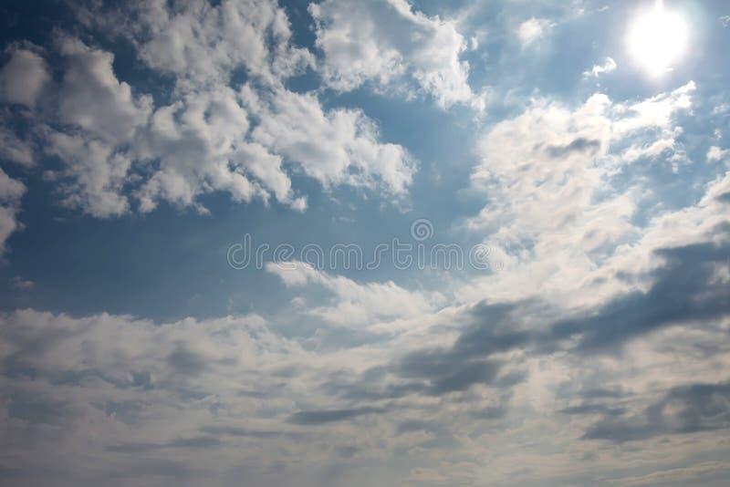 Δραματικός ουρανός με τα σκοτεινά σύννεφα στο ηλιοβασίλεμα στοκ εικόνες