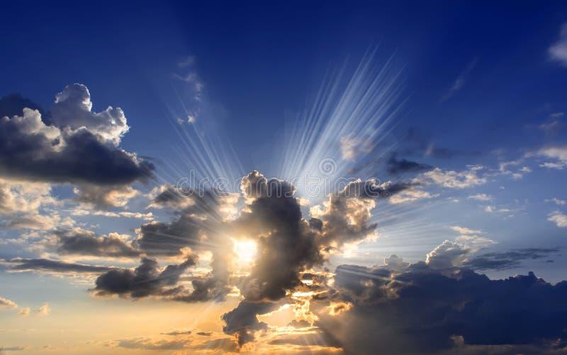 Δραματικός ουρανός με τα σύννεφα στο ηλιοβασίλεμα : στοκ εικόνες