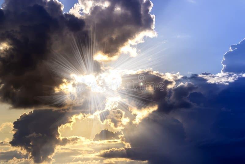 Δραματικός ουρανός με τα σύννεφα στο ηλιοβασίλεμα : στοκ φωτογραφία με δικαίωμα ελεύθερης χρήσης