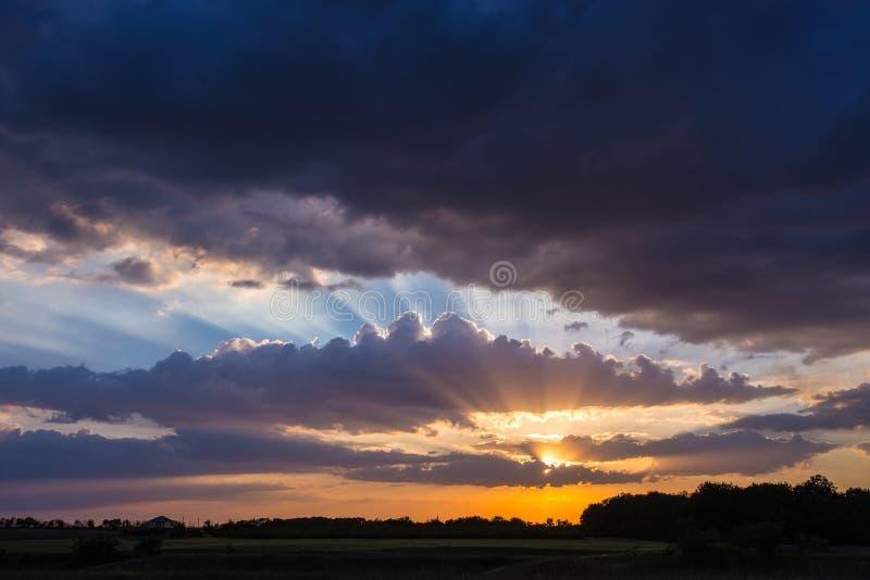 Δραματικός ουρανός με το σύννεφο στο ηλιοβασίλεμα στοκ εικόνες με δικαίωμα ελεύθερης χρήσης