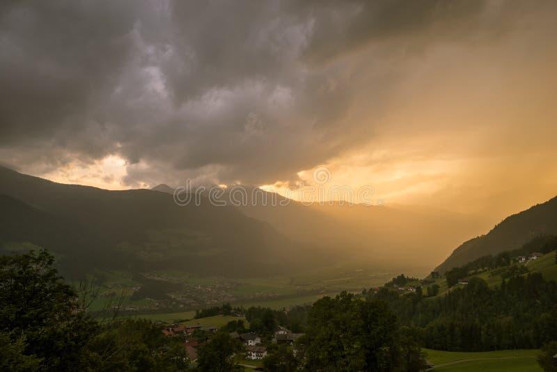 Δραματικός ουρανός πέρα από τα βουνά στο ηλιοβασίλεμα Οι ακτίνες ήλιων λάμπουν στην κοιλάδα στοκ φωτογραφία με δικαίωμα ελεύθερης χρήσης