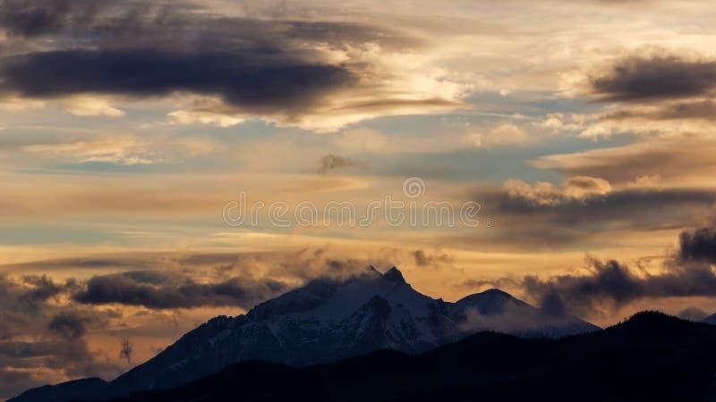 Δραματικός ουρανός πέρα από τα βουνά Tatra στοκ εικόνα