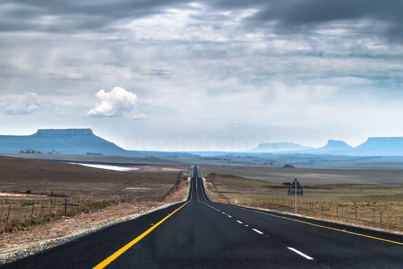 Δραματικός ουρανός πέρα από τα επιτραπέζια βουνά στοκ φωτογραφία με δικαίωμα ελεύθερης χρήσης