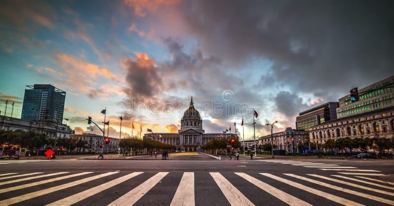 Δραματικός ουρανός πέρα από την αίθουσα πόλεων του Σαν Φρανσίσκο στοκ εικόνες