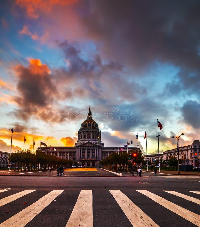 Δραματικός ουρανός πέρα από την αίθουσα πόλεων του Σαν Φρανσίσκο στοκ φωτογραφίες
