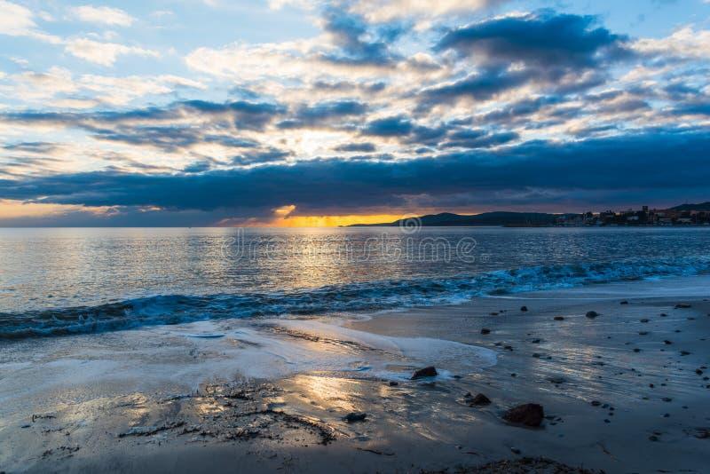 Δραματικός ουρανός πέρα από την ακτή στο ηλιοβασίλεμα στοκ εικόνα