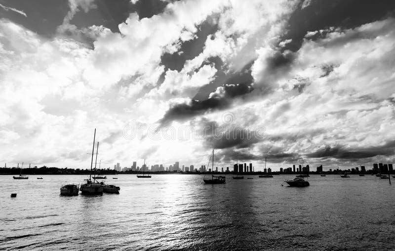 Δραματικός ουρανός πέρα από την προκυμαία Μαϊάμι Μπιτς στοκ εικόνα με δικαίωμα ελεύθερης χρήσης