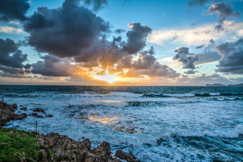Δραματικός ουρανός πέρα από τη θάλασσα στο ηλιοβασίλεμα στοκ εικόνες
