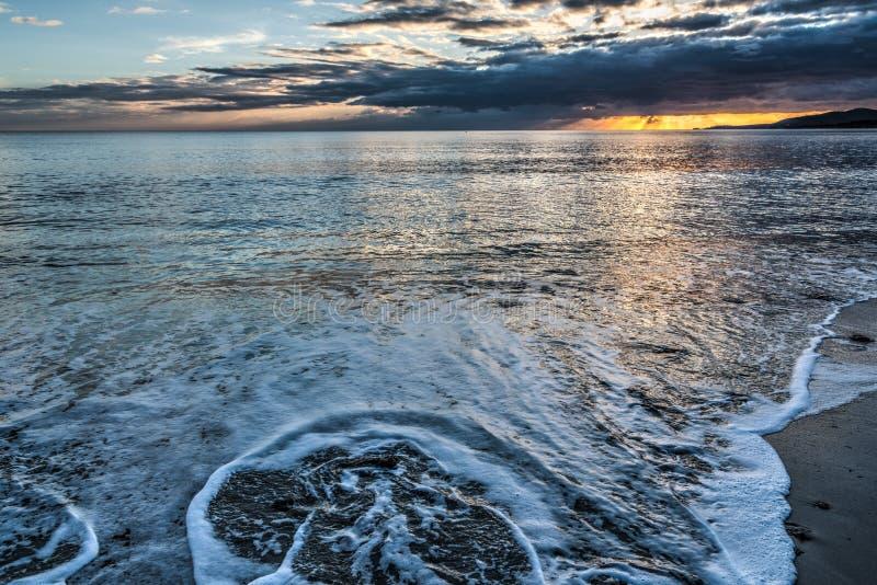 Δραματικός ουρανός πέρα από τη θάλασσα Alghero στο ηλιοβασίλεμα στοκ φωτογραφία με δικαίωμα ελεύθερης χρήσης