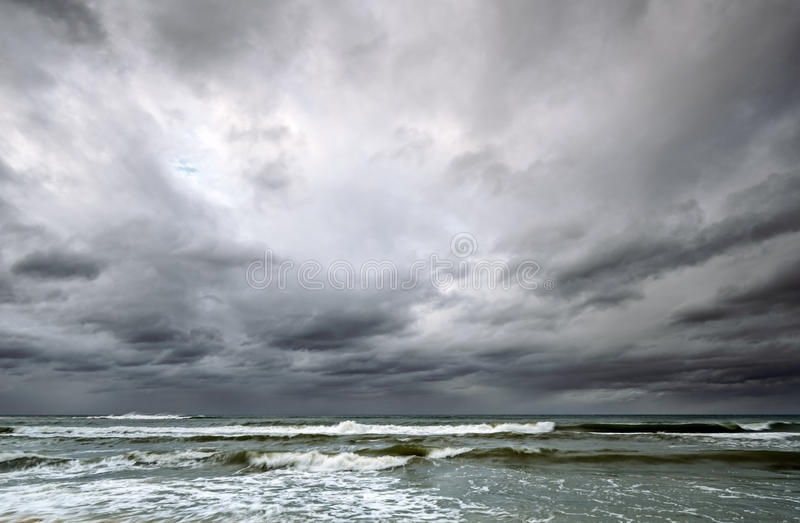 Δραματικός ουρανός πέρα από τη θάλασσα της Βαλτικής στοκ εικόνα