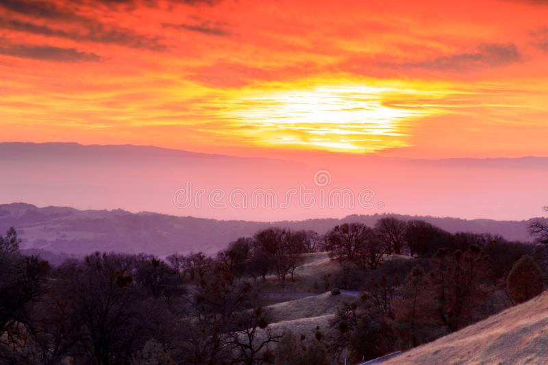 Δραματικός ουρανός πέρα από τη Σίλικον Βάλεϊ από το υποστήριγμα Χάμιλτον στοκ εικόνες