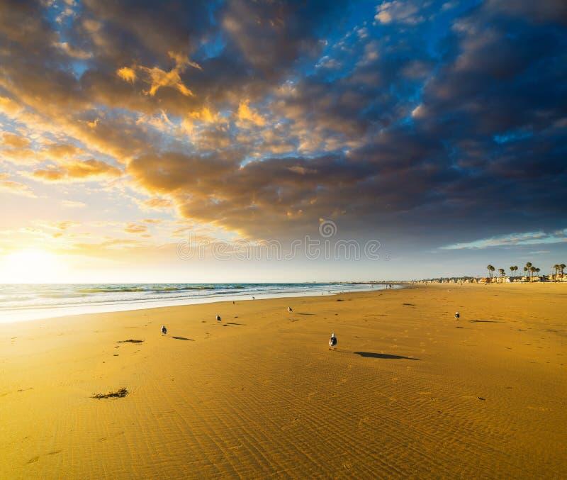 Δραματικός ουρανός πέρα από το Newport Beach στο ηλιοβασίλεμα στοκ φωτογραφίες με δικαίωμα ελεύθερης χρήσης