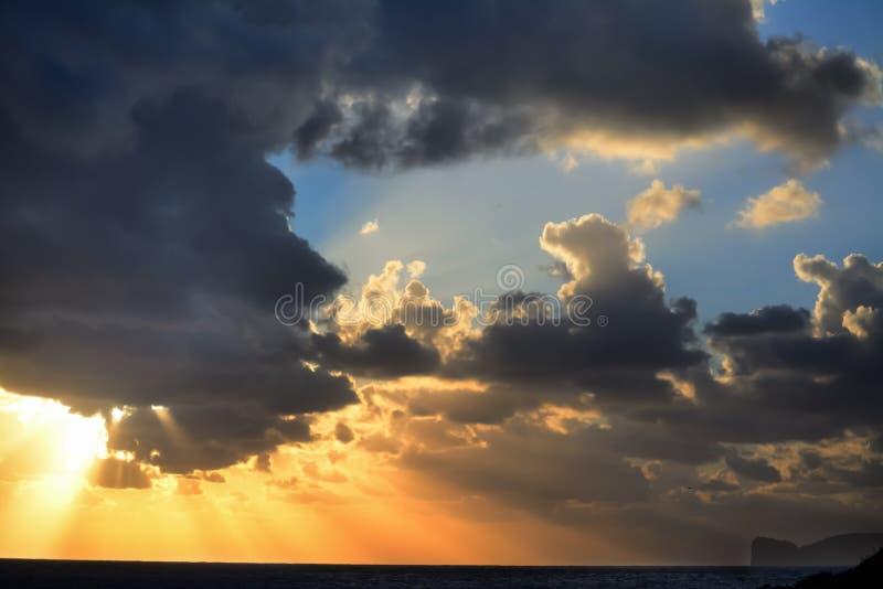 Δραματικός ουρανός πέρα από Capo Caccia στο ηλιοβασίλεμα στοκ εικόνες