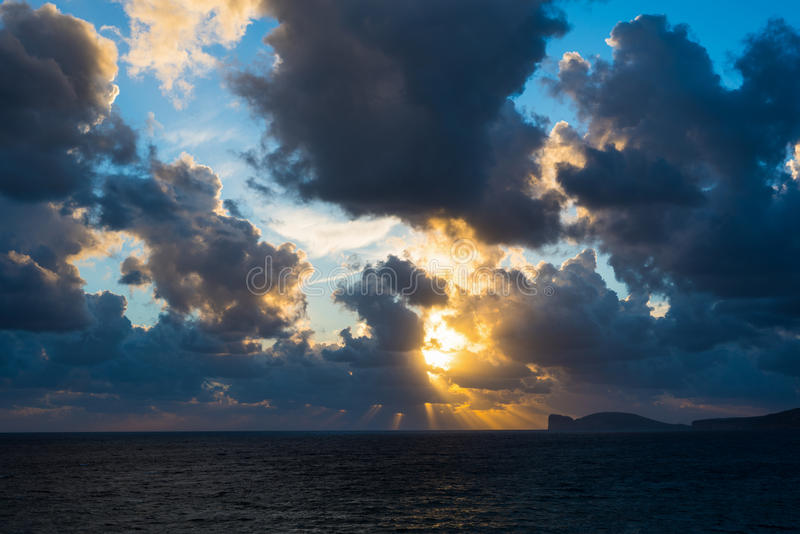 Δραματικός ουρανός πέρα από Capo Caccia στοκ εικόνες