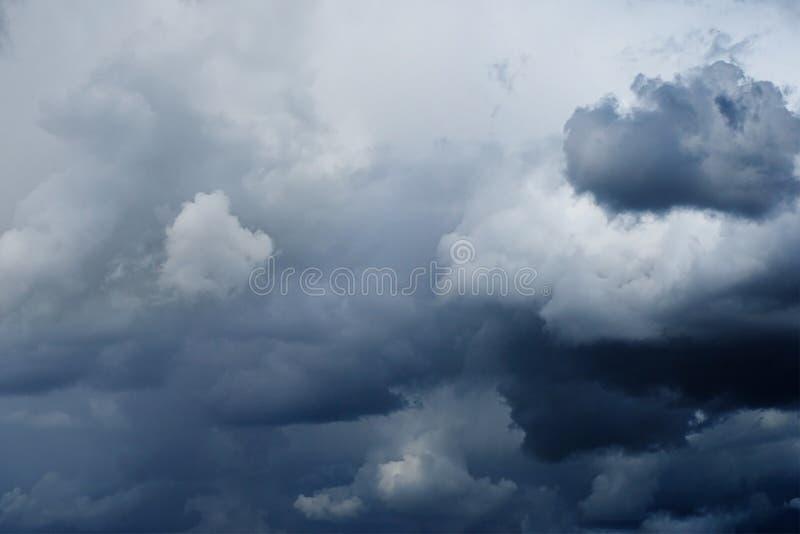 Δραματικός συννεφιάζω ουρανός με τα σκοτεινά περιστέρι-γκρίζα thunderclouds, στοκ φωτογραφία με δικαίωμα ελεύθερης χρήσης