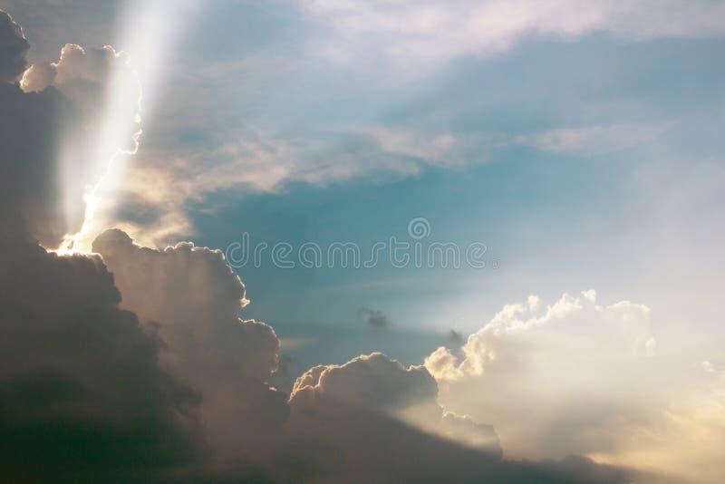 Δραματικός χρόνος ηλιοβασιλέματος σύννεφων με τις ηλιαχτίδες στοκ φωτογραφίες