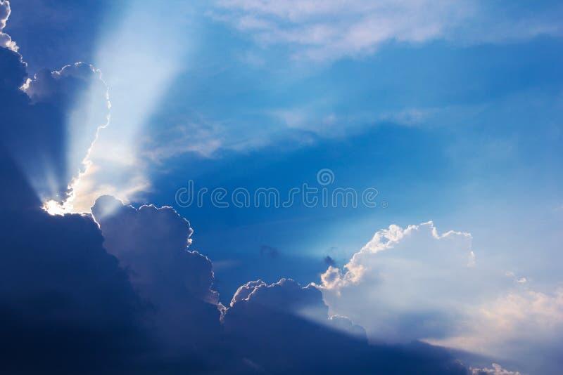 Δραματικός χρόνος ηλιοβασιλέματος σύννεφων με τις ηλιαχτίδες στοκ φωτογραφία