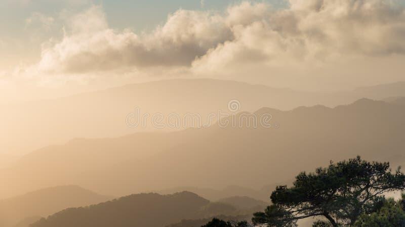 Δραματικό ειδυλλιακό ηλιοβασίλεμα με τα πορτοκαλιά χρώματα στοκ φωτογραφίες με δικαίωμα ελεύθερης χρήσης