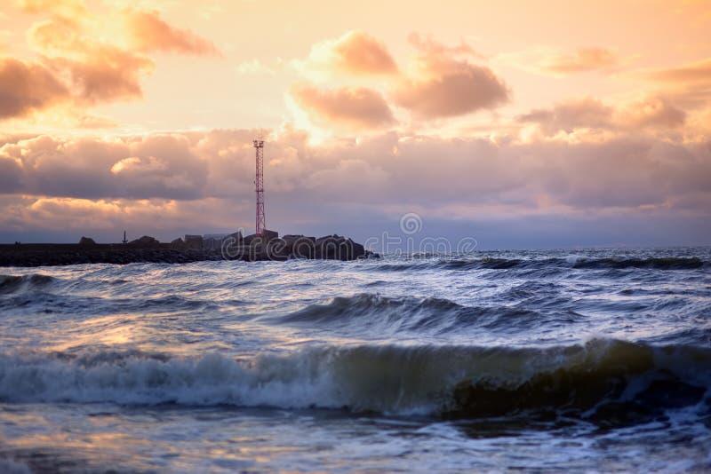 Δραματικό ηλιοβασίλεμα πέρα από τη θάλασσα της Βαλτικής στο χειμώνα στοκ εικόνες