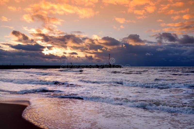 Δραματικό ηλιοβασίλεμα πέρα από τη θάλασσα της Βαλτικής στο χειμώνα στοκ εικόνες με δικαίωμα ελεύθερης χρήσης