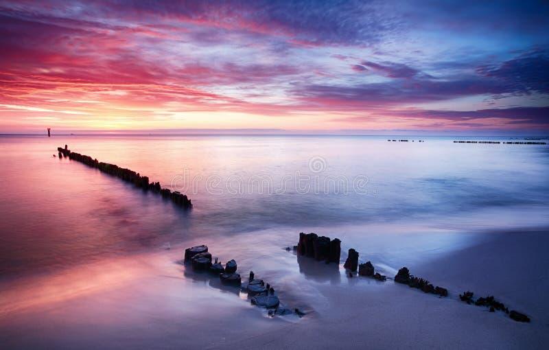 Δραματικό ηλιοβασίλεμα πέρα από τη θάλασσα της Βαλτικής, Πολωνία στοκ φωτογραφία με δικαίωμα ελεύθερης χρήσης