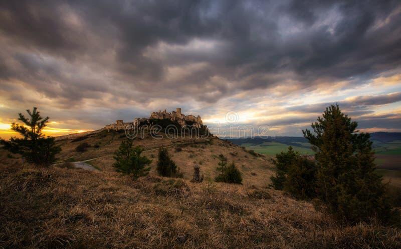 Δραματικό ηλιοβασίλεμα πέρα από τις καταστροφές Spis Castle στη Σλοβακία στοκ φωτογραφία με δικαίωμα ελεύθερης χρήσης