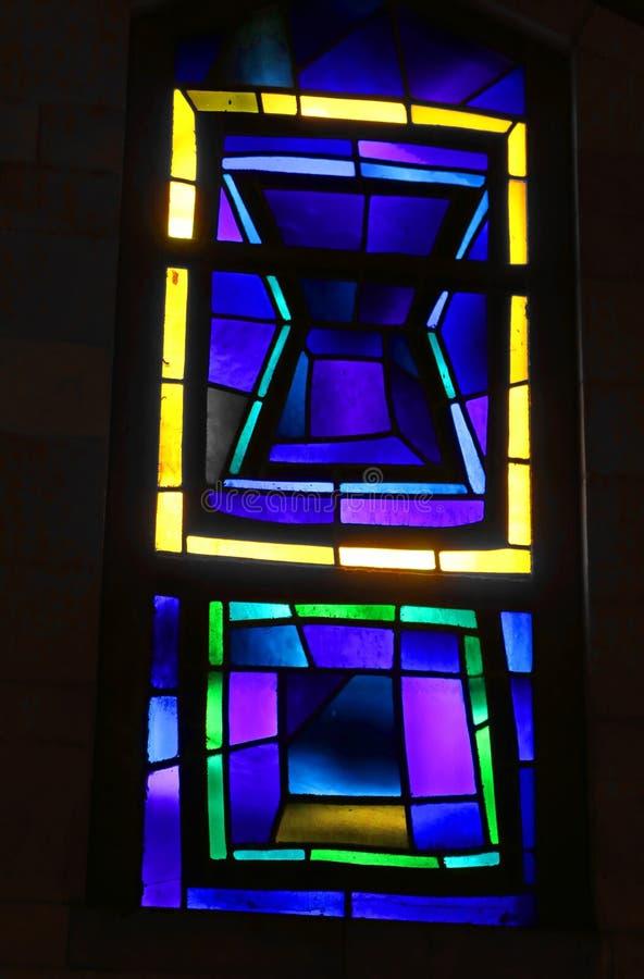 Δραματικό μικρό λεκιασμένο παράθυρο γυαλιού στη βασιλική Annunciation, Ναζαρέτ, Ισραήλ στοκ φωτογραφία με δικαίωμα ελεύθερης χρήσης