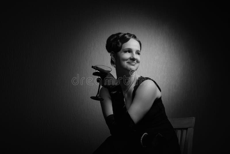 Δραματικό πορτρέτο μιας όμορφης γυναίκας με το γυαλί martini στοκ φωτογραφίες