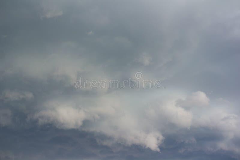 Δραματικό σύννεφο και θυελλώδης νεφελώδης ουρανός πριν από τη θύελλα στοκ εικόνα με δικαίωμα ελεύθερης χρήσης
