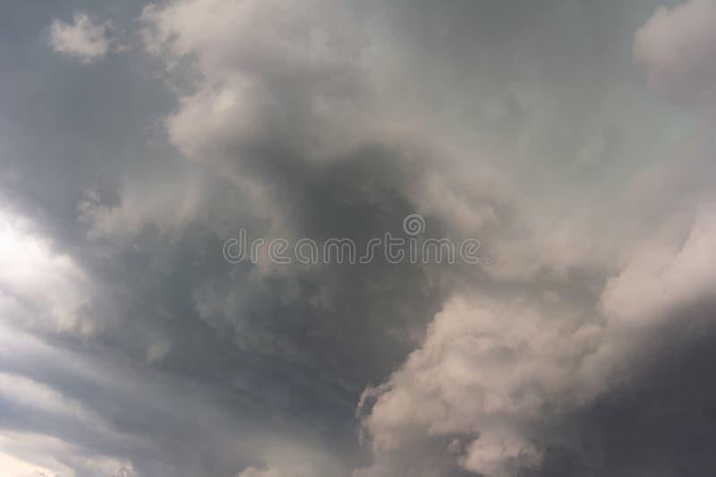 Δραματικό σύννεφο και θυελλώδης νεφελώδης ουρανός πριν από τη θύελλα στοκ εικόνα