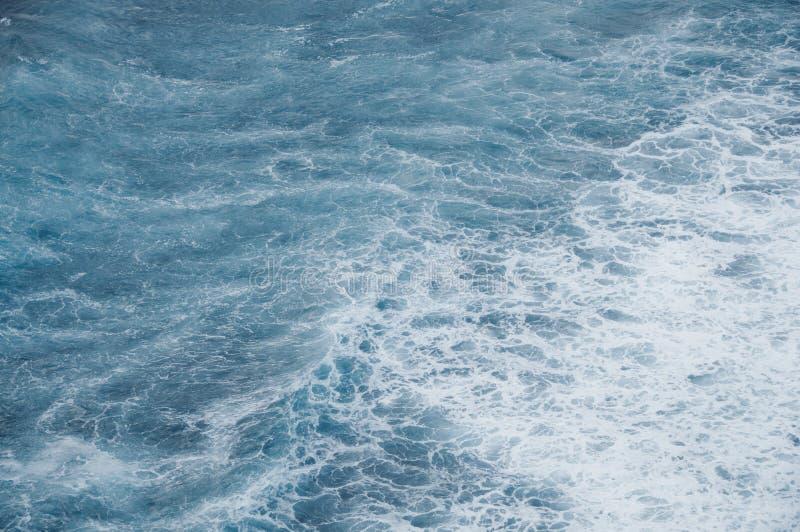 Δραματικό υπόβαθρο κυμάτων θάλασσας ωκεάνιο μπλε στοκ εικόνες με δικαίωμα ελεύθερης χρήσης