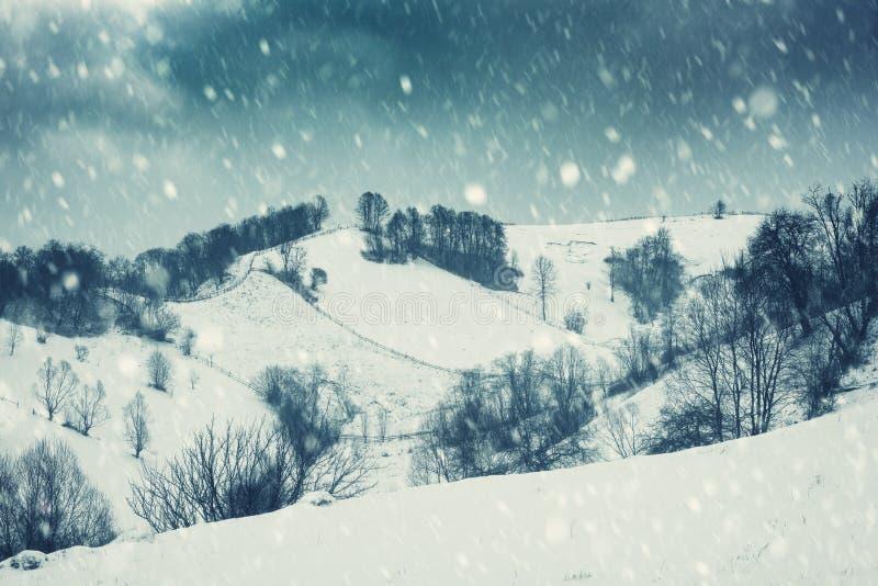 Δραματικό χειμερινό τοπίο, βουνοπλαγιά κατά τη διάρκεια της χιονοθύελλας στοκ εικόνα