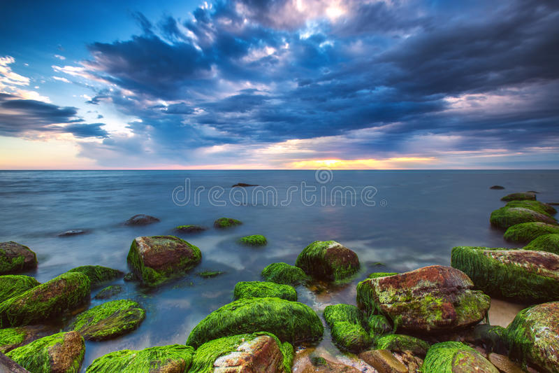 Δραματικό cloudscape πέρα από τη θάλασσα στοκ εικόνες