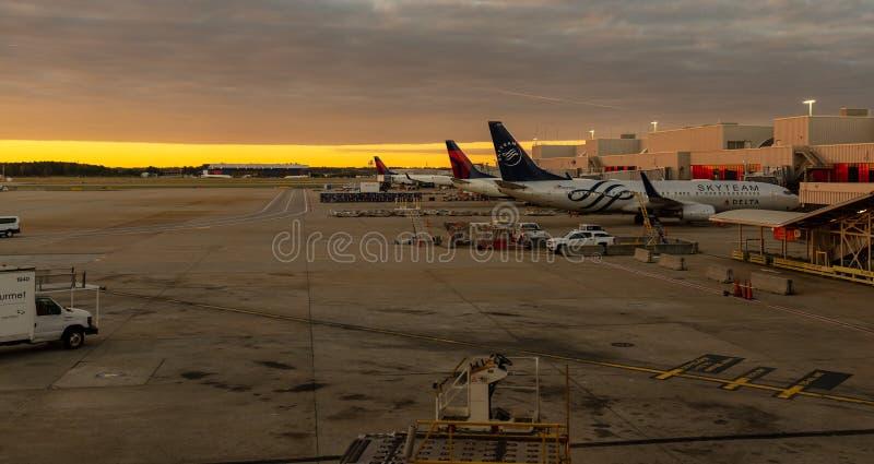 Δραστηριότητα αερολιμένων στο ηλιοβασίλεμα στοκ εικόνες με δικαίωμα ελεύθερης χρήσης
