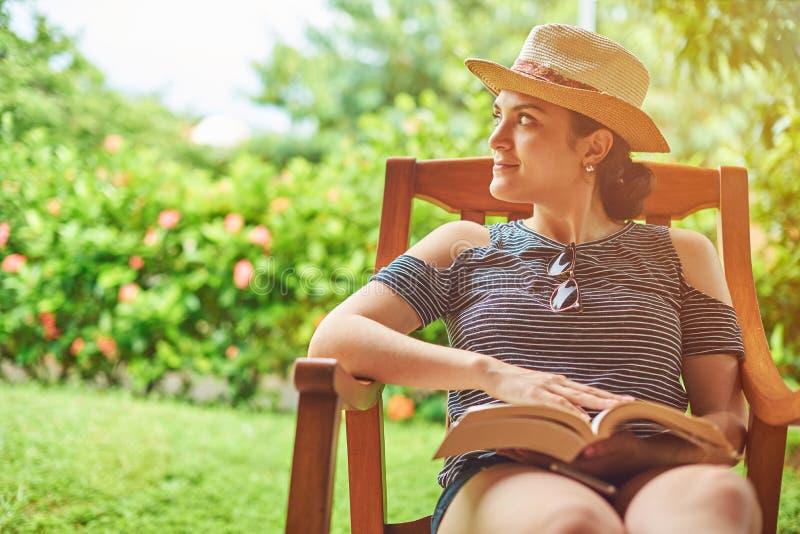 Δραστηριότητα βιβλίων ανάγνωσης στοκ φωτογραφία με δικαίωμα ελεύθερης χρήσης