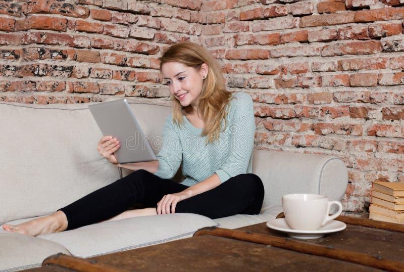 Δραστηριότητα ελεύθερου χρόνου με το coffe και την ταμπλέτα στοκ φωτογραφίες με δικαίωμα ελεύθερης χρήσης