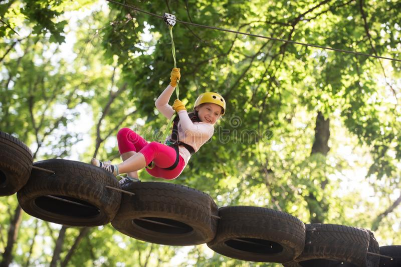 Δραστηριότητες θερέτρου Eco Μικρό κορίτσι ορειβατών στην κατάρτιση Διασκέδαση παιδιών r Ενεργά παιδιά playground Ορειβάτης στοκ εικόνες με δικαίωμα ελεύθερης χρήσης